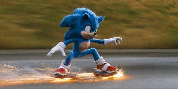 Sonic The Hedgekey lướt trên đường